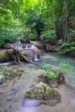 Cascade à écriture ligne par ligne profonde de forêt (cascade à écriture ligne par ligne d'Erawan) Photo stock