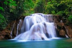 Cascade à écriture ligne par ligne profonde de forêt dans Kanchanaburi, Thaïlande Photos stock