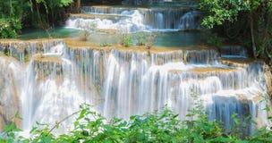 Cascade à écriture ligne par ligne profonde de forêt dans Kanchanaburi, Thaïlande Image libre de droits