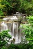 Cascade à écriture ligne par ligne profonde de forêt, Kanjanaburi Thaïlande Photo libre de droits
