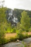 Cascade à écriture ligne par ligne scénique en Norvège Image stock