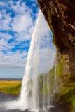Cascade à écriture ligne par ligne Seljalandsfoss de l'Islande Photo stock