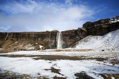 Cascade à écriture ligne par ligne Seljalandsfoss en Islande Photographie stock