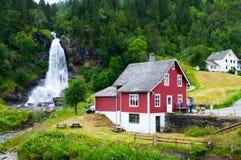 Cascade à écriture ligne par ligne Steindalsfossen Images libres de droits