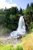 Cascade à écriture ligne par ligne Steinsdalsfossen, Norvège Photographie stock