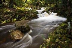 Cascade à écriture ligne par ligne supérieure de péninsule du Michigan en automne Images libres de droits