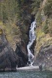 Cascade à écriture ligne par ligne sur la côte d'Alaska Photos stock