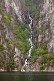 Cascade à écriture ligne par ligne sur le côté de Lysefjorden en Norvège Photographie stock