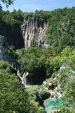 Cascade à écriture ligne par ligne sur Plitvice, Croatie Images stock