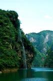 Cascade à écriture ligne par ligne verte de montagne Photos stock