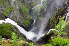 Cascade à écriture ligne par ligne Voringfossen, Norvège Photos stock