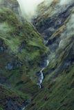 Cascade étroite glissant en bas des roches en Himalaya, Népal photographie stock libre de droits