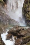 Cascade atrapada de Dormillouse, parque nacional de Ecrins, Altos Alpes franceses imagen de archivo libre de regalías