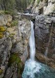 Cascade au-dessus d'une falaise de roche dans Rocky Mountains canadien Photos libres de droits