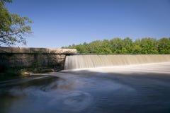 Cascade au-dessus de barrage photographie stock libre de droits