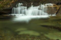 Cascade au-dessus du bassin en montagnes blanches de New Hampshire Image libre de droits
