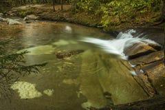 Cascade au-dessus du bassin en montagnes blanches de New Hampshire Images libres de droits