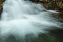 Cascade au-dessus du bassin en montagnes blanches de New Hampshire Image stock