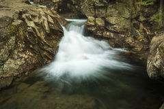 Cascade au-dessus du bassin en montagnes blanches de New Hampshire Photo libre de droits