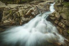 Cascade au-dessus du bassin en montagnes blanches de New Hampshire Photographie stock