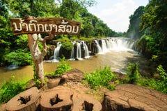 Cascade au Laos avec de l'eau rouge Photos stock