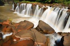 Cascade au Laos avec de l'eau rouge Image libre de droits
