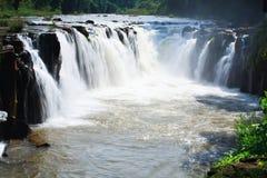 Cascade au Laos avec de l'eau rouge Photographie stock libre de droits