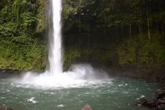 Cascade au milieu d'une forêt tropicale photographie stock