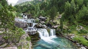 """Cascade au milieu de la forêt de """"Cola de Caballo """"dans Aragon, Espagne image libre de droits"""
