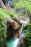 Cascade avec de l'eau clair comme de l'eau de roche entrant dans la gorge d'Almbach près de Berchtesgaden en à l'Est de l'Allemag images stock