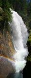 Cascade avec l'arc-en-ciel Images libres de droits