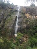 Cascade avec la montagne Images stock
