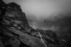 Cascade avec le brouillard en noir et blanc Photos libres de droits