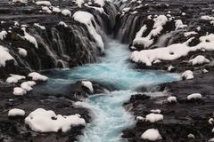 Cascade bleue de Bruarfoss en hiver en Islande Photographie stock
