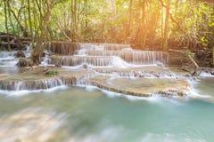 Cascade bleue profonde naturelle de courant dans la forêt tropicale photographie stock libre de droits