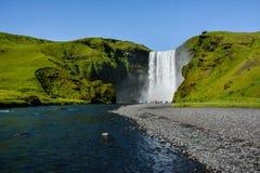 Cascade célèbre de Skogafoss, Islande avec les touristes colorés images libres de droits