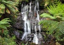Cascade cascadant en bas des roches Images stock