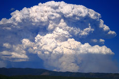 Cascade Complex Fire 2. Huge plume over the mountains as the wind kicks up in central Idaho Stock Images