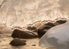 Cascade congelée avec une feuille de glace Photos libres de droits