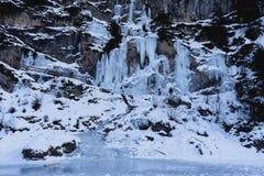 Cascade congelée - lac Braies - l'Italie image stock