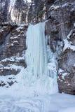 Cascade congelée sur la roche Photographie stock libre de droits