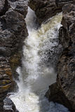 Cascade coulant entre Lava Stones Photos libres de droits