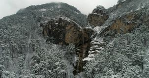 Cascade ? ?criture ligne par ligne de montagne en hiver clips vidéos