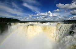 Cascade à écriture ligne par ligne d'Iguazu avec l'arc-en-ciel Photographie stock libre de droits