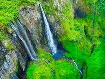 Cascade à écriture ligne par ligne dans la forêt tropicale tropicale Photographie stock libre de droits