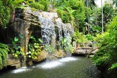 Cascade à écriture ligne par ligne dans le jardin botanique du Malacca Images stock