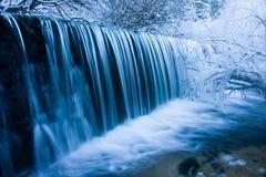 Cascade à écriture ligne par ligne de l'hiver Photographie stock