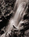 Cascade à écriture ligne par ligne de montagne Photos stock