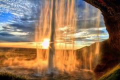 Cascade à écriture ligne par ligne de Seljalandfoss au coucher du soleil dans HDR, Islande Image stock