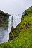 Cascade à écriture ligne par ligne de Skógafoss en Islande Photo libre de droits